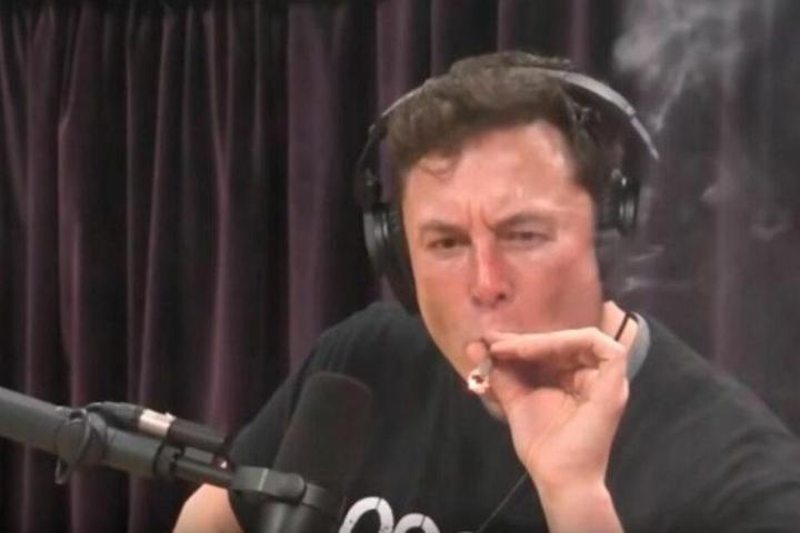 Der 47-Jährige zog in einem Live-Video-Podcast an einem Joint.