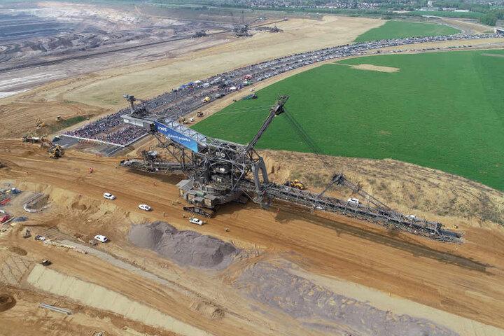Hunderte Zuschauer verfolgten das Spektakel auf der Autobahn 44. Aus der Luft sind die Dimensionen des riesigen Geräts zu sehen.