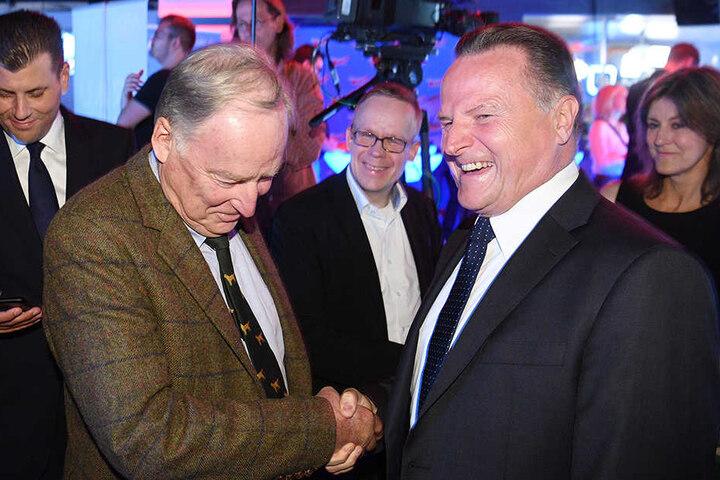 """Alexander Gauland, Spitzenkandidat der Partei """"Alternative für Deutschland"""" (AfD, l), begrüßt auf der Wahlparty seiner Partei in Berlin seinen Parteikollegen Georg Pazderski."""