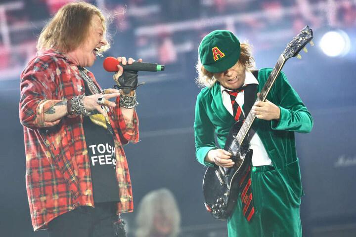 2016 gemeinsam in der Leipziger Red Bull Arena: Guns-N'-Roses-Sänger Axl Rose (l.), der für den erkrankten Brian Johnson bei AC/DC einsprang und mit Gitarrist Angus Young (r.) die Bühne rockte.