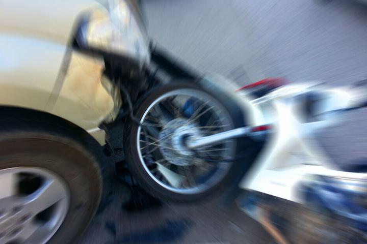 Ein 16 Jahre alter Motorradfahrer ist im Erzgebirgskreis von einem Autofahrer angefahren und schwer verletzt worden. (Symbolbild)