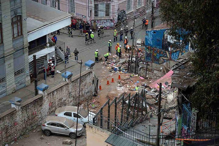 Rettungskräfte räumen die Trümmer von zwei eingestürzten Häusern.