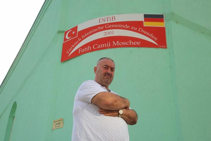 Mahmut Bacaru (50) vom Vorstand der Türkisch Islamischen Gemeinde zu Dresden vor der Fatih Camii Moschee. Die Gemeinde zählt rund 100 Mitglieder.