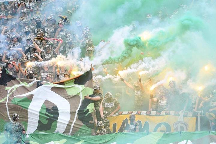 Gegen Karlsruhe wurde von Dynamofans ein heftiges Feuerwerk abgebrannt.