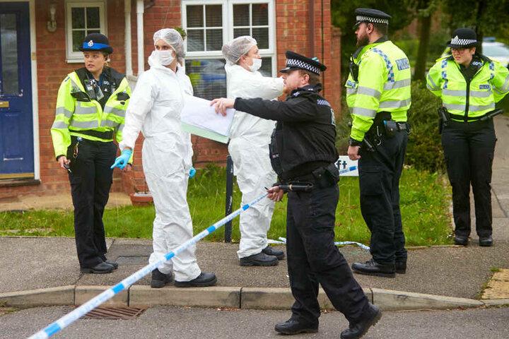 Britische Polizisten und Kriminaltechniker an einem Einsatzort. (Symbolbild)