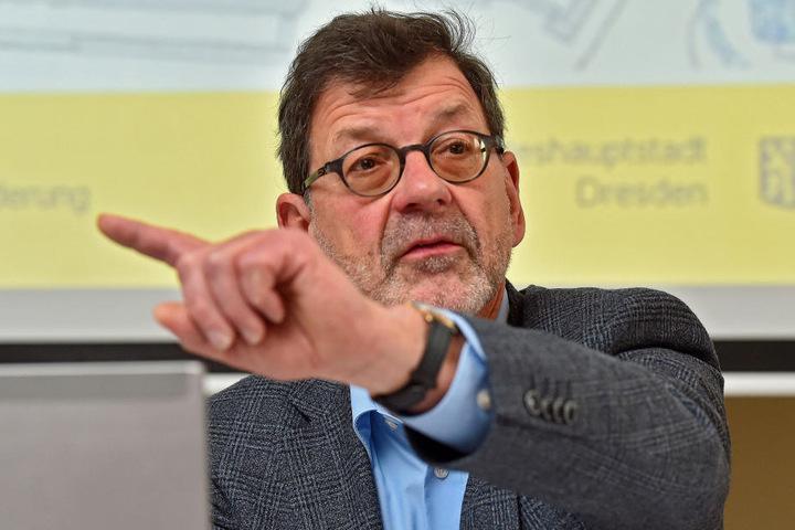 Dresdens Straßen- und Tiefbauamtschef Reinhard Koettnitz (61) muss wohl zwei  Millionen Euro fürs Schlaglochflicken ausgeben.