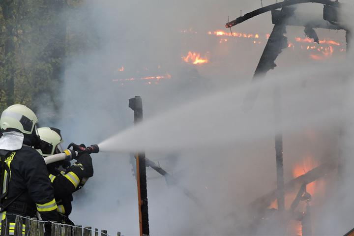 Die Gartenlaube war nicht mehr zu retten und brannte vollständig nieder.