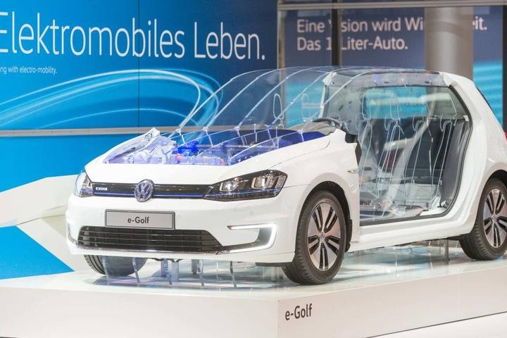 """Da ist das Elektro-Ding: In der Gläsernen Manufaktur hängt bereits die erste  Karosserie für den neuen VW """"e-Golf""""."""