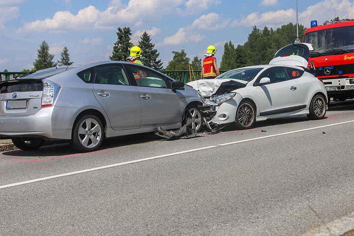 Der Toyota war in den Gegenverkehr geraten und frontal in den Renault gekracht.