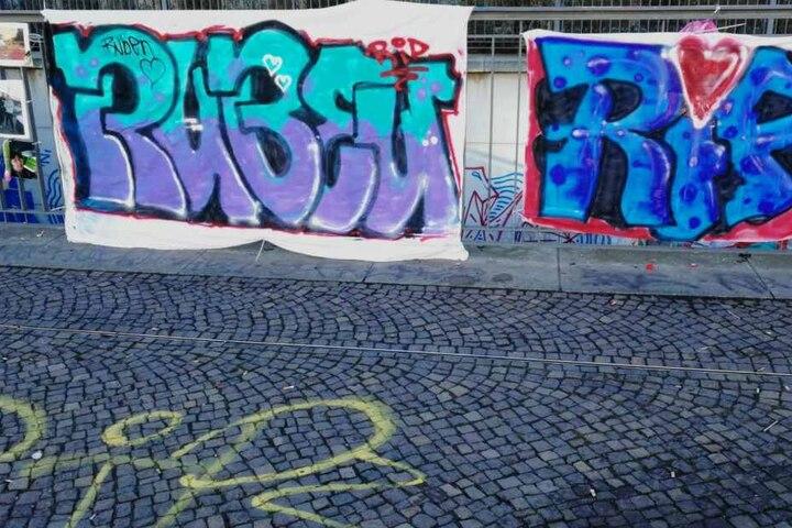 Sogar ein großes Graffiti auf einer Decke wurde für den 16-Jährigen am Geländer angebracht.