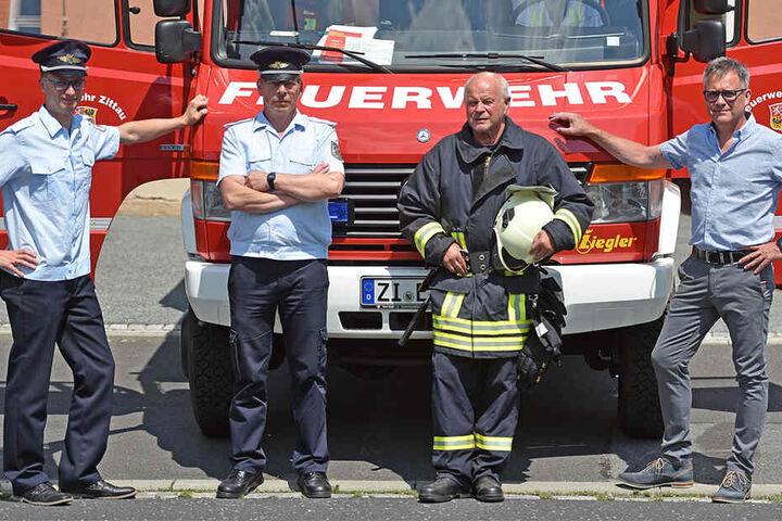 Appell an die Bürger: Der Eichgrabener Wehrleiter Daniel Wobser (30, v.l.) bittet mit Zittaus Vize-Stadtwehrleiter Hartmut Riehmer (50), Kamerad Christian Möse (67) und Ortsbürgermeister Sven Ehrig (50) um Hilfe.