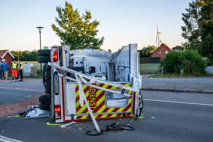 Durch den Zusammenstoß wurde ein Teil des Rettungswagen abgerissen und blieb im Bus stecken.
