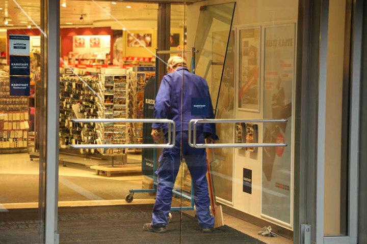 Gegen 2.43 Uhr alarmierte die Sicherheitsfirma die Polizei. Die Alarmanlage hatte angeschlagen, als die Scheiben zu Bruch gingen.