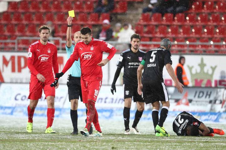 Schiri Nicolas Winter (M.) schickt Davy Frick (r.) mit der zweiten Gelben Karte vom Feld, kurz darauf rastet der FSV-Kicker aus.