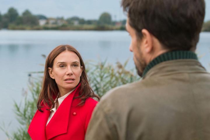 Hauptkommissar Stedefreund kann sich der Anziehungskraft von Maria Voss nicht  entziehen.