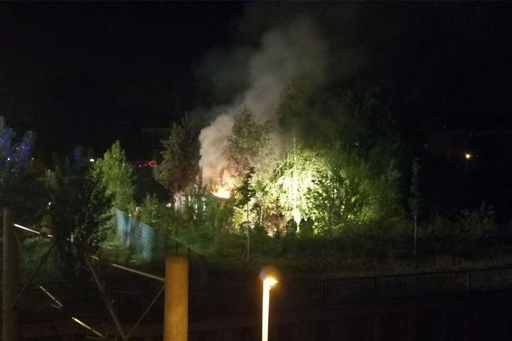 Auf dem Gelände zwischen den Bahngleisen und der Distillery brannte eine Baracke.