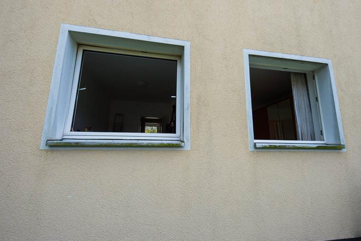 Die Einsatzkräfte schlugen das Küchenfenster ein, um in die Wohnung zu gelangen.