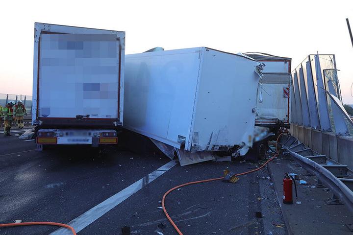 Zwei Lkw waren in den Unfall verwickelt. Beide wurde schwer beschädigt.