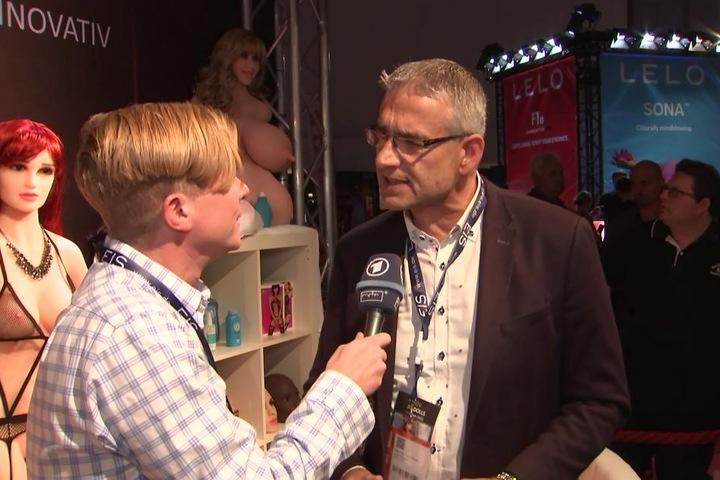 MDR-Reporter Jan Weskott und RS-Dolls Hersteller Manfred Scholand.
