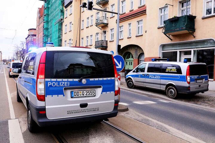 DVB-Dispatcher und Polizeibeamte bemühten sich, eine Straßensperre zu vermeiden.