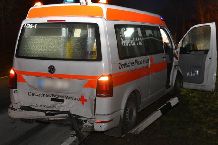 Die beiden Sanitäterinnen im Krankenwagen erlitten bei dem Crash leichte Verletzungen.