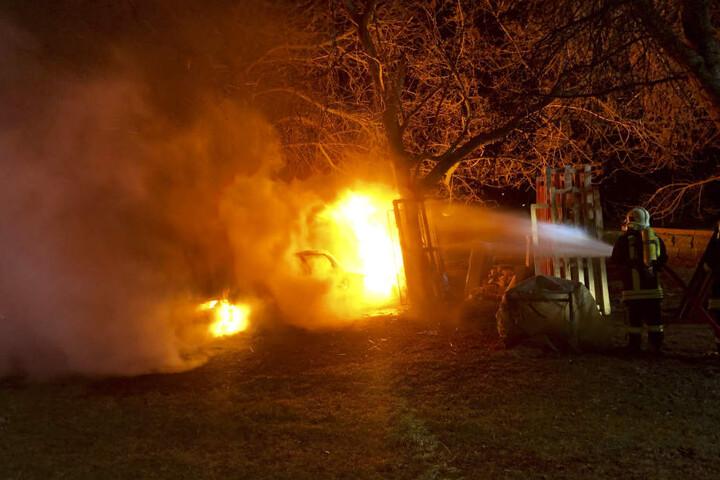 Die alarmierten Feuerwehren konnten eine weitere Ausbreitung des Feuers verhindern.