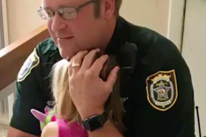 Drei Tage später konnte die Kleine ihrem Retter in die Arme fallen.