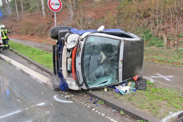Der Smart überschlug sich bei dem Unfall.