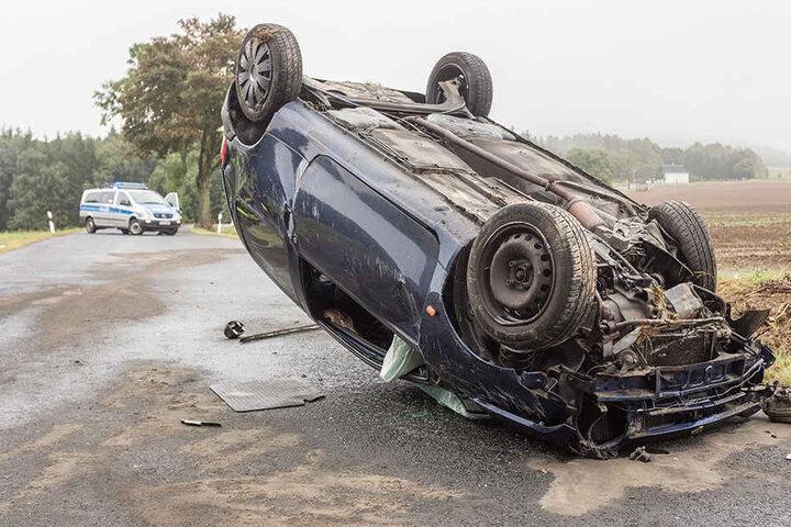 Der Renault Twingo überschlug sich und blieb auf dem Dach liegen.