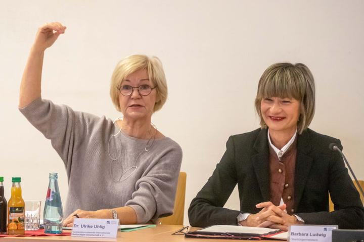 Dr. Ulrike Uhlig (66, l.) und OB Barbara Ludwig (56, SPD) freuen sich, dass die Arbeitsbibliothek Stefan Heyys nach Chemnitz kommt.