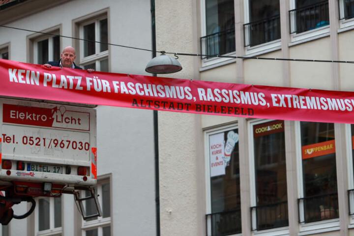 Mit diesen Bannern zeigt die Altstadt Flagge gegen den Nazi-Aufmarsch.