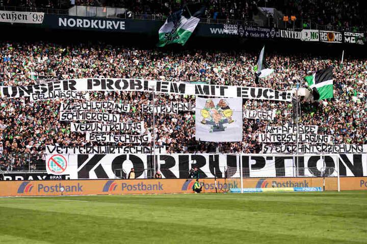 """Gladbacher-Fans protestieren vor der Partie gegen den DFB und zeigen ein Transparent mit der Aufschrift: """"Unser Problem mit Euch: Korruption""""."""
