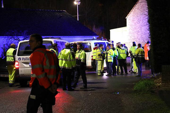 Zahlreiche Rettungskräfte kamen zum Einsatz, kümmerten sich um die Verletzten. Die Polizei ermittelt.