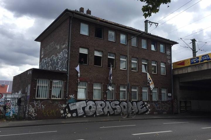 Das Haus an der Vogelsanger Straße gehört der Deutschen Bahn.