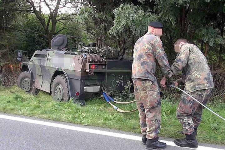 Von allein kam der Panzer dort aber nicht wieder heraus.