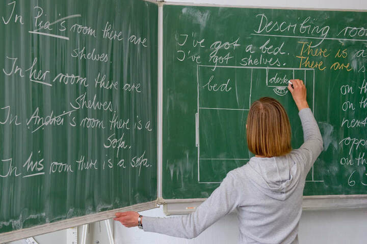 Mit mehr als 55 Stunden die Woche sind die Lehrerinnen völlig überarbeitet. (Symbolbild)