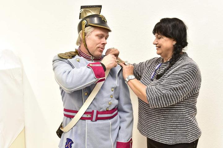 Die Uniform sitzt: Mike Speer (47, l.) verkörpert im Fürstenzug künftig einen Soldaten.