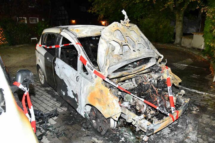 Die Autos wurden durch die Feuer komplett zerstört.