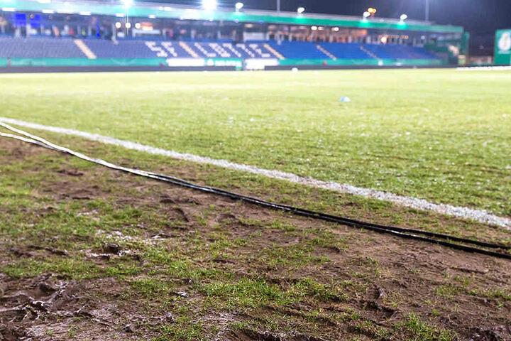 Vor dem Pokalspiel der SF Lotte gegen Borussia Dortmund im Winter 2017 war der Rasen im Frimo Stadion ramponiert. Wenn Rödinghausen Dynamo im August 2018 empfängt, sollten die Platzbedingungen deutlich besser sein.
