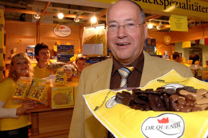 """Mit """"Russisch Brot"""" startet """"Dr. Quendt"""" nach der Wende. Die  Aus-einem-Guss-Buchstaben-Maschine hatte 1989 der erst 2016 verstorbene  Firmengründer Hartmut Quendt (vorn) erfunden."""