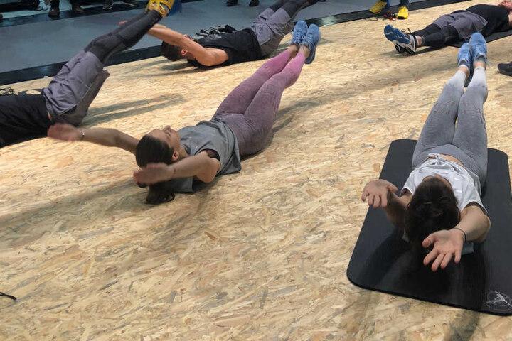 """Bei der Übung """"Klappmesser"""" klappt man seinen ganzen Körper zusammen und trainiert dadurch seine Mitte."""