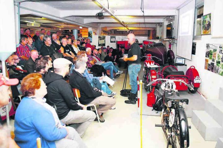 Im Fahrzeugmuseum hielt Gerold Trautner einen Vortrag über den vergessenen  Zweiradhersteller Arthur Schüttoff.