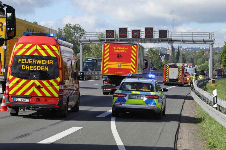 Die Berufsfeuerwehr der Wache Übigau sicherte gemeinsam mit der Polizei die Unfallstelle ab.