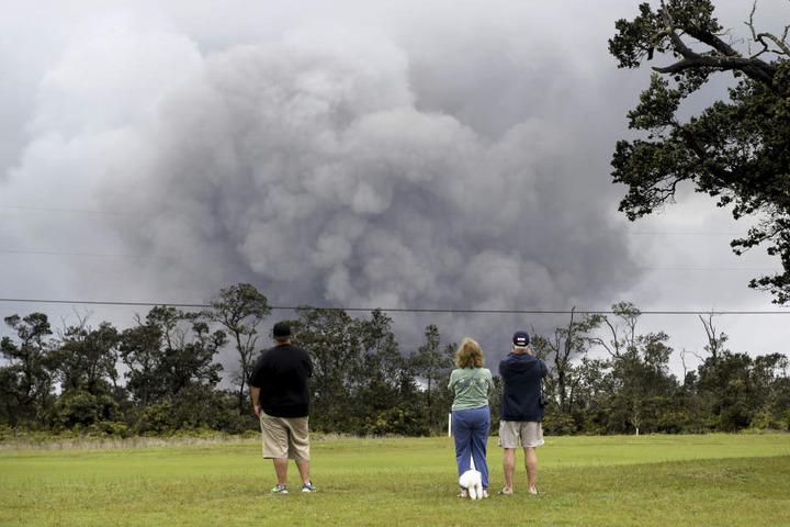 Über dem Krater des Kilauea Vulkans stieg in dieser Woche eine große Wolke auf. Ihre Höhe wurde von den Geologen auf bis zu 10.000 Meter geschätzt.
