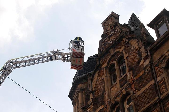 Vorsichtig entfernten die Kameraden der Feuerwehr weitere lose Brocken und Ziegel.