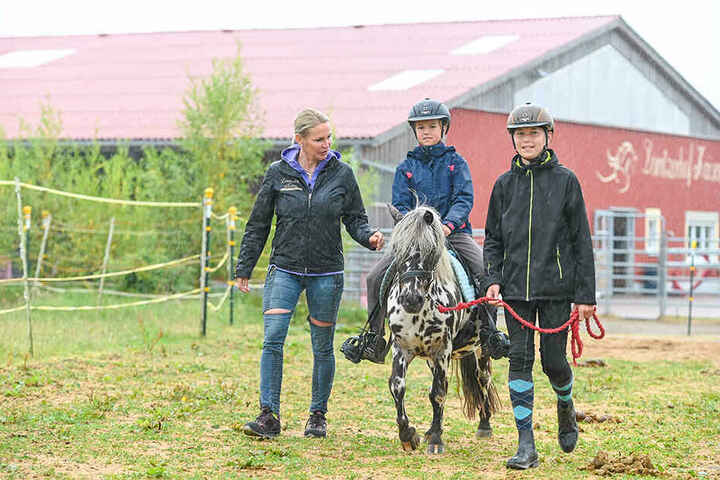 Grit Kaiser (l.) bringt Kindern beim Pony-Führerschein bei, wie Pferde ticken.