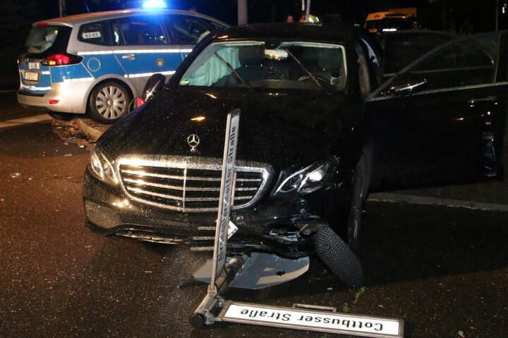Durch den Unfall wurde ein Straßenschild aus der Verankerung gerissen.