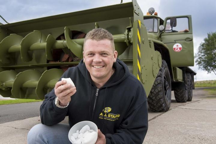 Schnee? Kein Problem für Enrico Klemm (36). Der Dorfchemnitzer hat eine  Ural-Schneefräse mit Panzermotor restauriert.