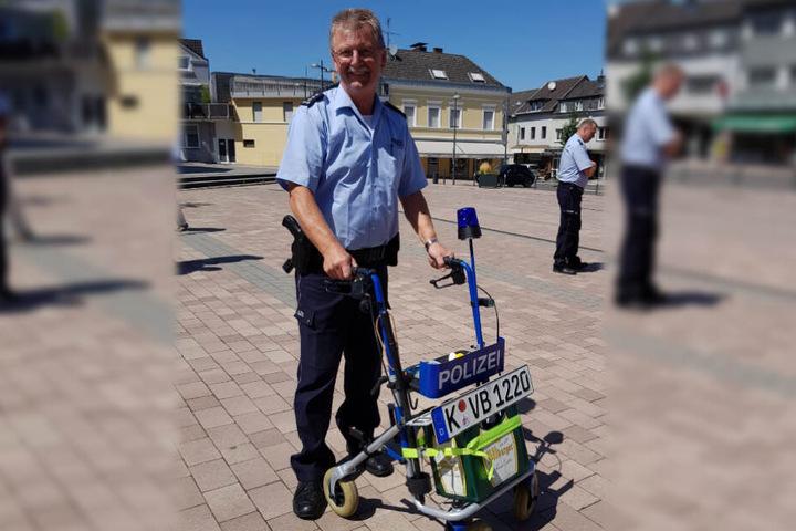 Mit einem Rollator als Abschiedsgeschenk verabschiedet sich der 61-Jährige in den Ruhestand.
