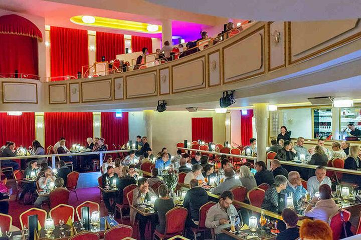 """Noch sind nicht alle Gäste da, aber der Saal im """"Carte Blanche"""" in der Dresdner Neustadt ist heute Abend ausgebucht."""